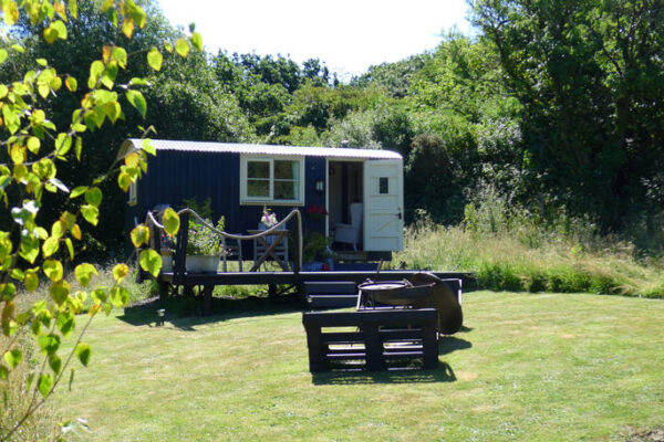 cwt gwyrdd shepherds hut with a green nature backdrop